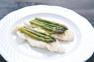 kalfskoteletten gekookt in boter met asperges foto