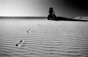 vrouw in death valley duinen foto