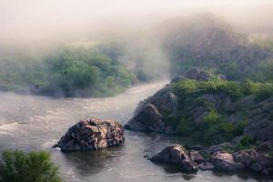 mistige rivierochtend