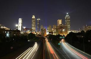 nacht verkeer in Atlanta, Georgia, Verenigde Staten