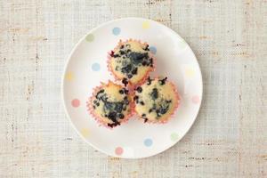 zelfgemaakte bosbessenmuffins in papieren cupcake houder foto