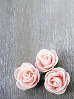 houten achtergrond met roze rozen foto