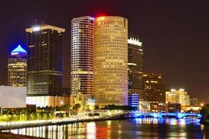 Downtown Tampa in het donker foto