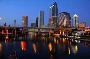 skyline van het centrum van Tampa 's nachts foto