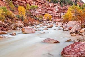 maagdelijke rivier in de herfst foto