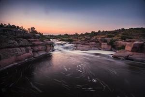 ruige rivier met stroomversnellingen