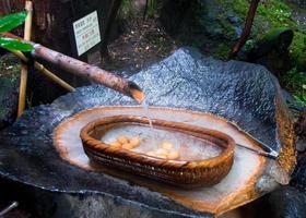 heerlijke eieren gekookt in thermaal kokend water - Japan foto