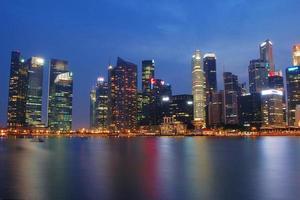 avond skyline van singapore cbd foto