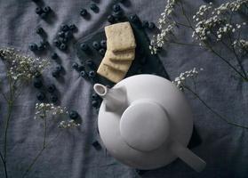 theepot en koekjes stilleven foto
