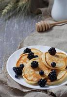 zoete zelfgemaakte pannenkoeken met bessen foto