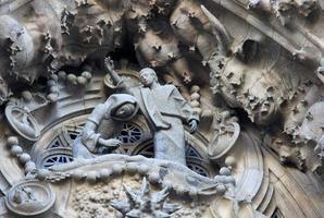 kerststal façade van sagrada familia tempel, barcelona, catalonië, spanje foto