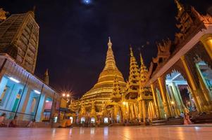 shwedagon pagode in de nacht, yangon, myanmar foto