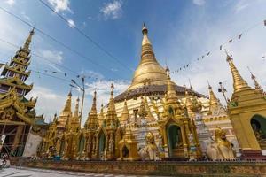 sfeer van de schemering op shwedagon pagode in yangon, myanmar foto