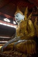 ngar htat gyi boeddha beeld. foto