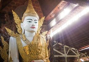 Boeddha in de tempel van myanmar foto
