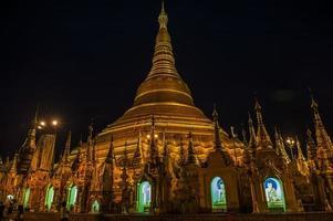 shwedagon pagode 's nachts foto