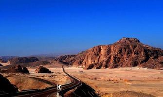 kronkelende weg in de berg Sinaï foto