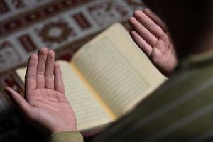 Arabische moslim man leest heilige islamitische boek koran