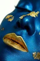 close-up schoonheid vrouwelijk model met blauwe huid en gouden lippen