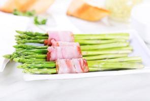 groene asperges gewikkeld in spek foto