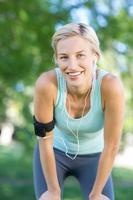mooie blonde joggen in het park foto