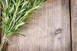 verse bos van rozemarijn op houten tafel. foto
