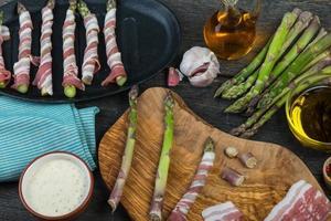 boerderij verse asperges gewikkeld in pancetta of spek en gebakken foto
