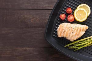gemarineerde gegrilde kipfilet gekookt bbq op een pan foto