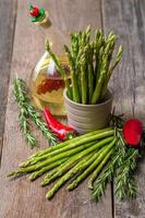stilleven met olijfolie asperges, avocado, peper en rosemar foto