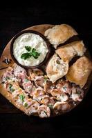 geserveerd maaltijd op een houten bord foto