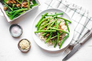 vlees met rijst en sperziebonen foto