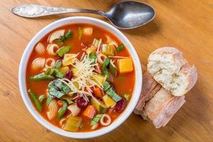 minestrone soep met pasta, bonen en groenten foto