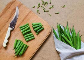 gesneden sperziebonen en bosje groene bonen foto