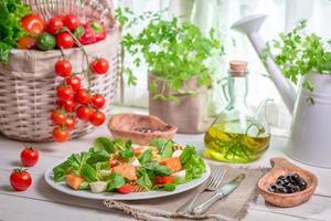 huisgemaakte salade met zalm en groenten foto