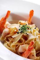 verse Italiaanse pasta geserveerd met garnalen foto