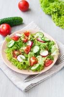 salade van tomaat en komkommer met blaadjes sla foto