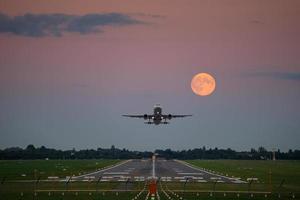 vliegtuig opstijgen onder de volle maan