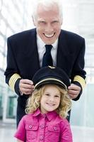 vluchtkapitein passend hoed op meisje foto