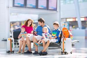 schattige familie op de luchthaven foto