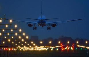 vliegtuigen die landen op amsterdam schiphol foto