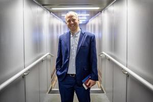 zakenman die het vliegtuig verlaat. foto