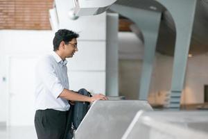 Indiase man op de luchthaven inchecken balie foto