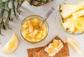 ananasjam met knapperig brood foto