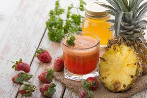 sap van ananas en aardbeienmix foto