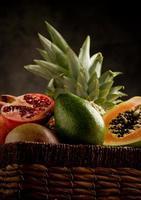 mand met tropische vruchten foto