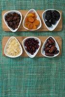 verschillende soorten gedroogd fruit foto