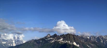 panorama zomer berg. bergen van de Kaukasus. Georgië foto