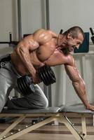 gezonde mens die oefening voor rug doet foto
