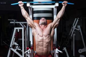 jonge bodybuilder die zwaargewicht oefening voor rug doet