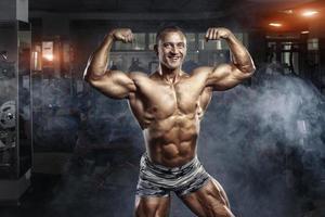 bodybuilder man poseren in de sportschool